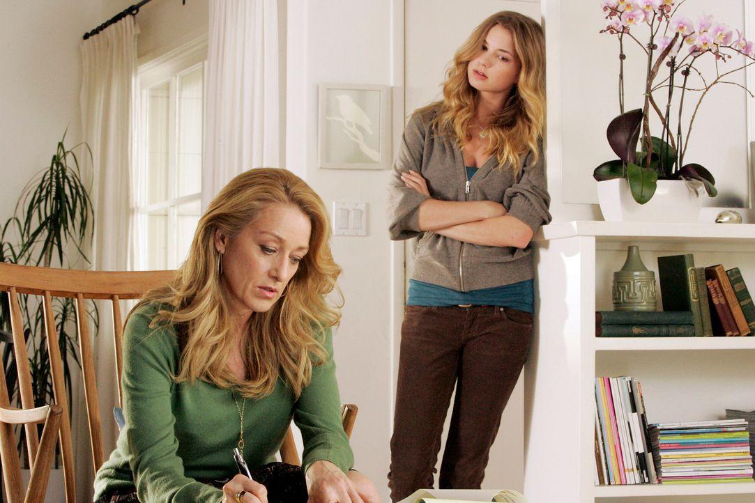 Rebecca (Emily VanCamp, r.) stellt ihre Mutter (Patricia Wettig, l.) zur Rede. Sie möchte nun endlich Klarheit über den Verbleib ihres leiblichen... - Bildquelle: Disney - ABC International Television