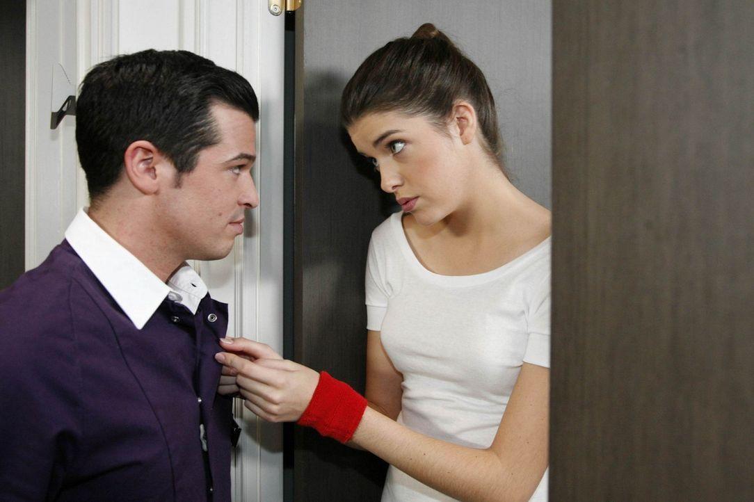 Bilge (Olgu Caglar, l.) fühlt sich geschmeichelt, als Amanda (Marie Nasemann, r.) ihn um einen diskreten Gefallen bittet ... - Bildquelle: SAT.1
