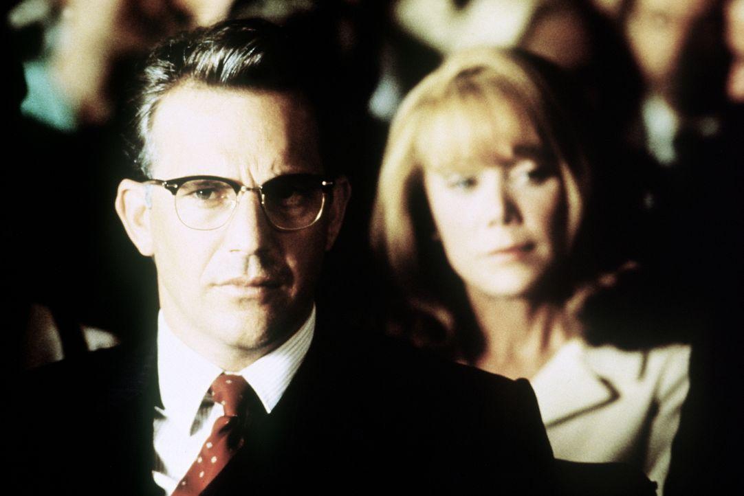 Der engagierte Staatsanwalt Jim Garrison (Kevin Costner, l.) kämpft gegen Vertuschungsversuche und die scheinbare Verschwörung der Involvierten im F... - Bildquelle: Warner Bros.