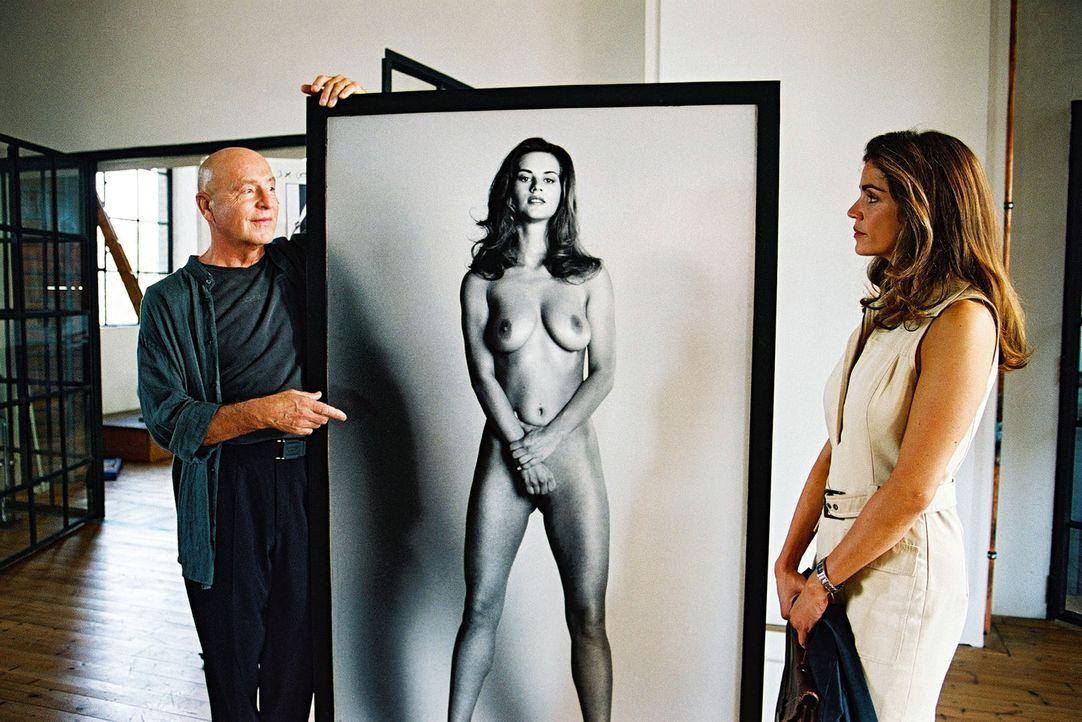 Sandra (Rebecca Immanuel. r.) vertritt den Künstler Markus Borell (Wilfreid Baasner, l.). Er hat Berlins Finanzsenator Safin nackt fotografiert, de... - Bildquelle: Sat.1