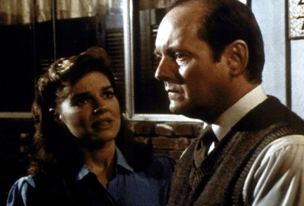 Peg Bennett (Robin Riker-Hasley, l.) will ihrem Mann Tobias (Dennis Lipscomb, r.) in seinem moralischen Konflikt beistehen. - Bildquelle: Worldvision Enterprises, Inc.