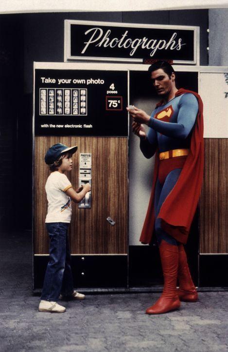 Entsetzt betrachtet Superman (Christopher Reeve, r.) sein eigenes Bild und erkennt, dass er sich stark verändert hat ... - Bildquelle: Warner Bros.