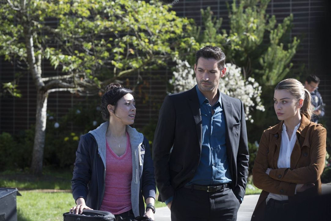 Sorgt die neue Rechtsmedizinerin Ella Lopez (Aimee Garcia, l.) dafür, dass Chloes (Lauren German, r.) Vertrauen in Lucifer (Tom Ellis, M.) auf eine... - Bildquelle: 2016 Warner Brothers