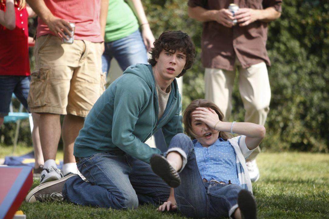 Axls (Charlie McDermott, l.) neue alte Freundin Morgan (Alexa Vega, l.) wird von einem Wurfobjekt zu Boden gezwungen. Da stecken doch nicht etwa Axl... - Bildquelle: Warner Brothers