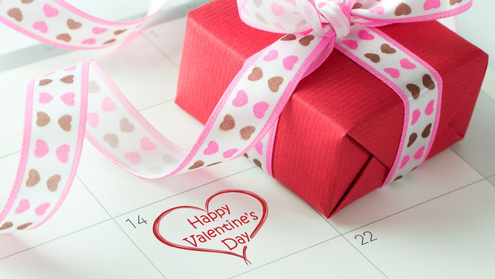 Valentinstag: Wann wird 2016 liebevoll gefeiert? - Bildquelle: Kenishirotie - Fotolia