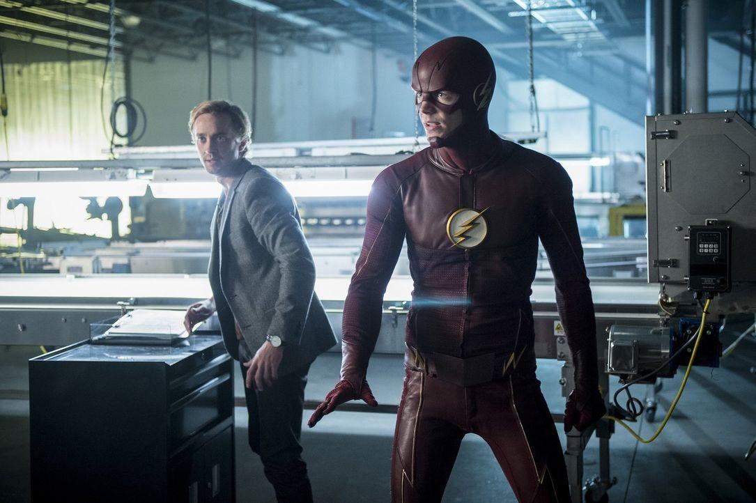 Als Killer Frost sogar Julian (Tom Felton, l.) entführt, müssen Barry alias Flash (Grant Gustin, r.) und der Rest des Team eingreifen, um die Mensch... - Bildquelle: 2016 Warner Bros.