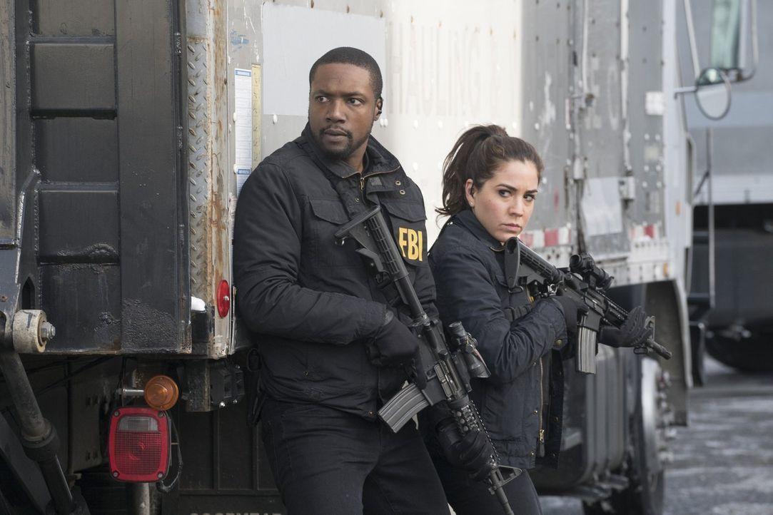 Können Zapata (Audrey Esparza, r.) und Reade (Rob Brown, l.) den mörderischen Dark Web-Kurierdienst schnappen? - Bildquelle: Warner Brothers