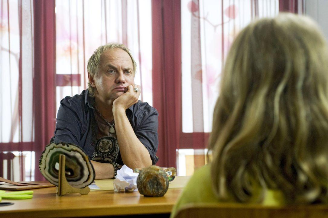 Carlo (Uwe Ochsenknecht) hört sich sichtlich genervt die Sorgen seiner Schüler und Schülerinnen an ... - Bildquelle: Gordon Mühle Sat.1