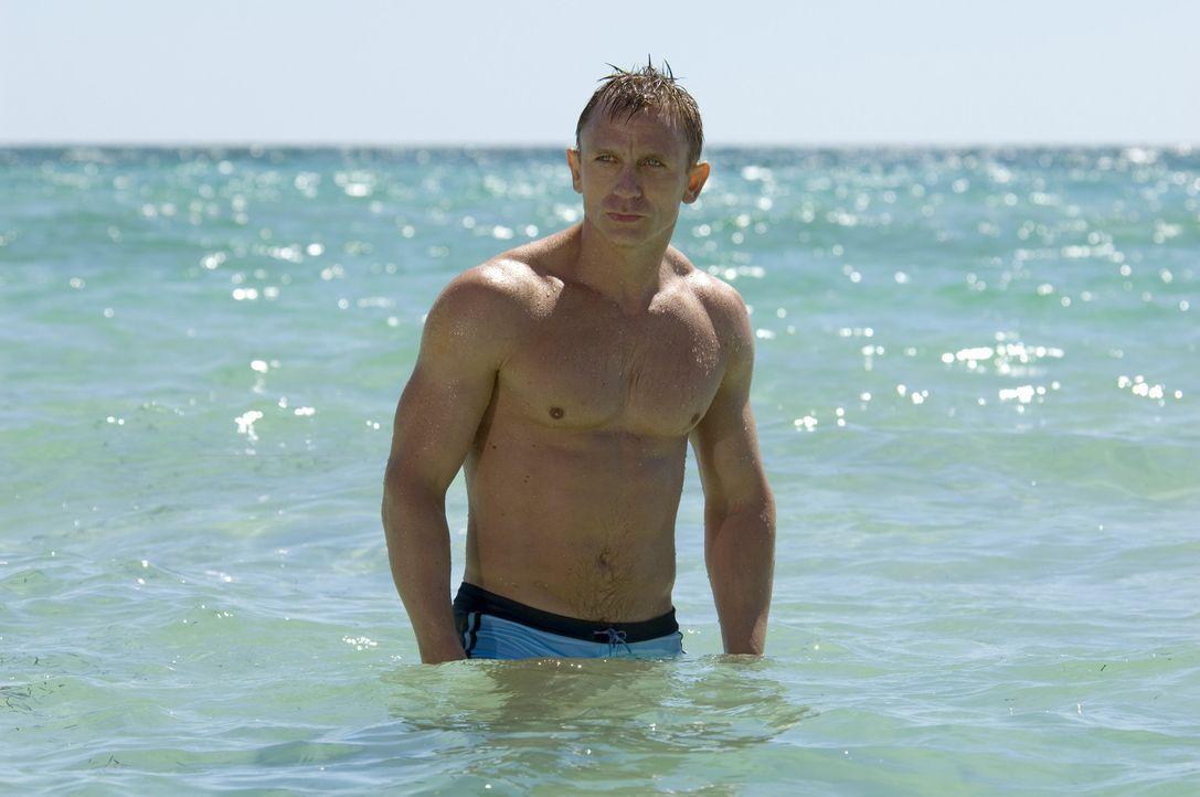 Selbst ein cooler Typ wie James Bond (Daniel Craig) braucht mal eine Erfrischung ... - Bildquelle: 2006 DANJAQ, LLC, UNITED ARTISTS CORPORATION AND COLUMBIA PICTURES INDUSTRIES, INC. ALL RIGHTS RESERVED.