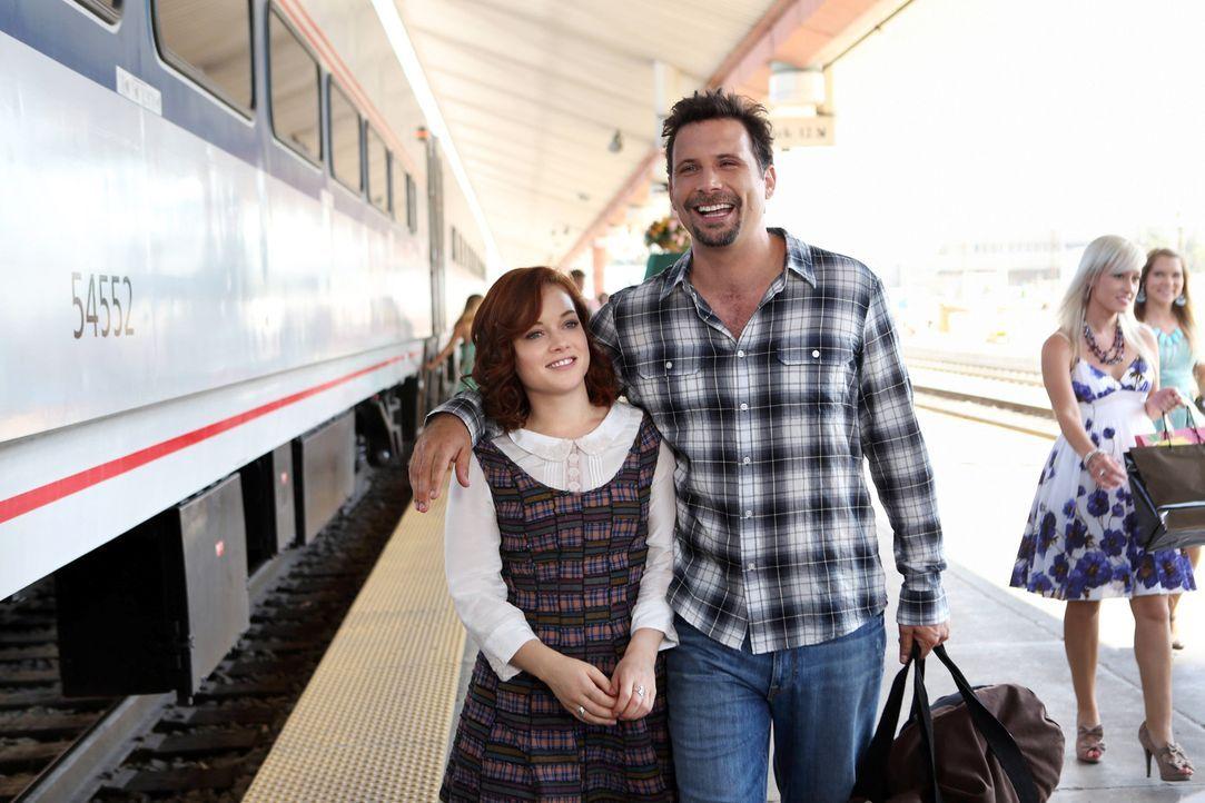 Tessa (Jane Levy, l.) verbrachte den Sommer bei ihrer Großmutter in New York zurück. Nach ihrer Rückkehr nach Chatswin fühlt sich George (Jeremy Sis... - Bildquelle: Warner Bros. Television