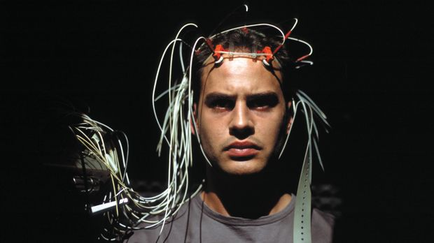 Im Vorfeld des Experiments muss sich Tarek (Moritz Bleibtreu) verschiedenen p...