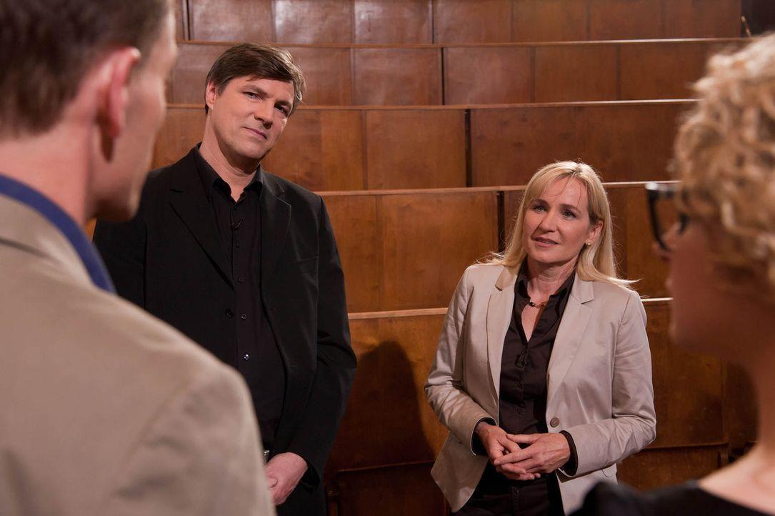 Mit Hilfe ihrer Erfahrungen suchen Uwe Linke (l.), Martin Dreyer (2.v.l.), Ingrid Stobel (2.v.r.) und Sandra Köhldorfer (r.) für acht bindungswillig... - Bildquelle: Benedikt Müller SAT.1