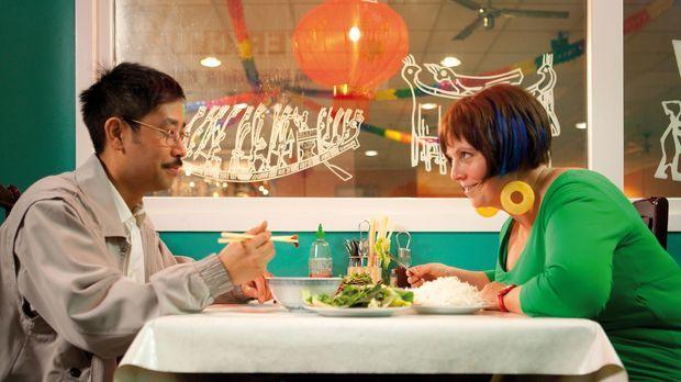 Dank Tien (III-Young Kim, l.) lernt Kathi (Gabriela Maria Schmeide, r.) eine...