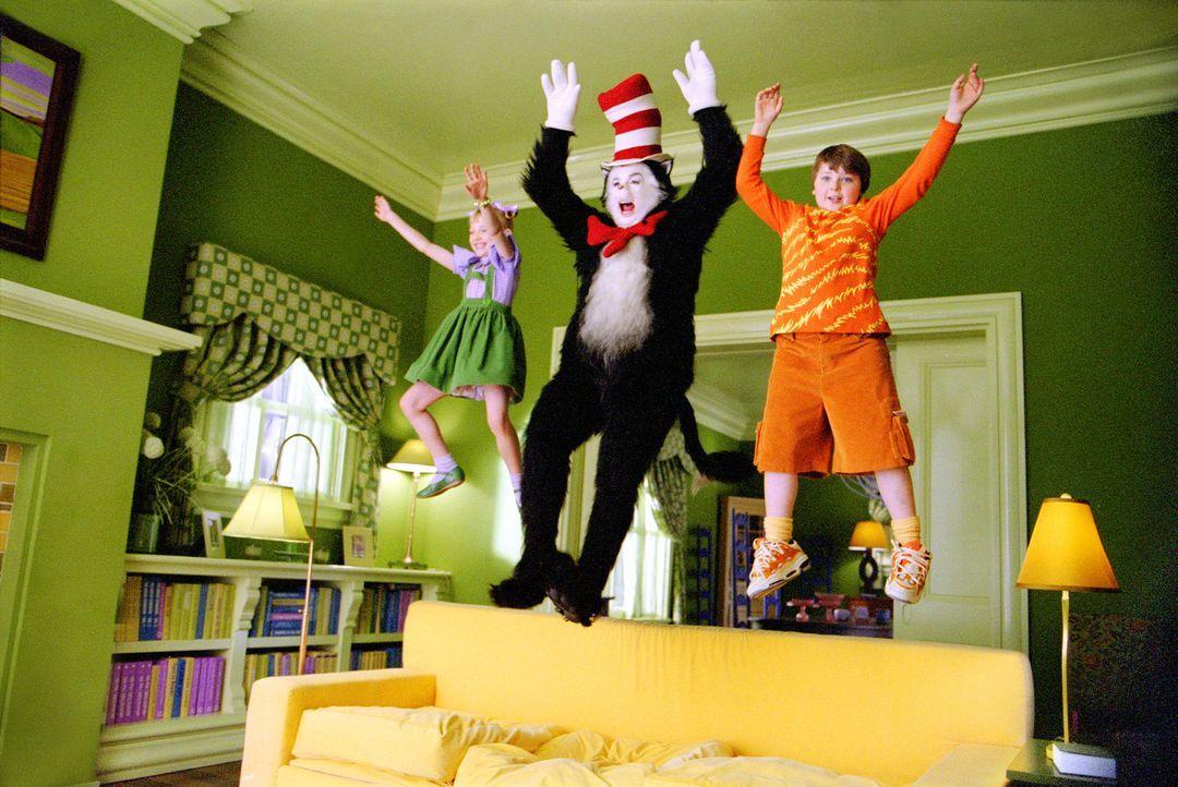 Der lustige Kater mit Hut (Mike Myers, M.) zeigt Conrad (Spencer Breslin, r.) und Sally (Dakota Fanning, l.) auf sehr lustige und spielerische Art,... - Bildquelle: TM &   2003 DreamWorks LLC. All Rights Reserved.