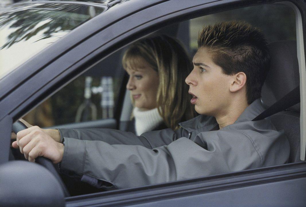 Reese (Justin Berfield, r.) ist in seiner ersten Fahrstunde völlig überfordert. Seine Freundin Jackie (Rheagan Wallace, l.) findet das amüsant ... - Bildquelle: TM +   Twentieth Century Fox Film Corporation. All Rights Reserved.