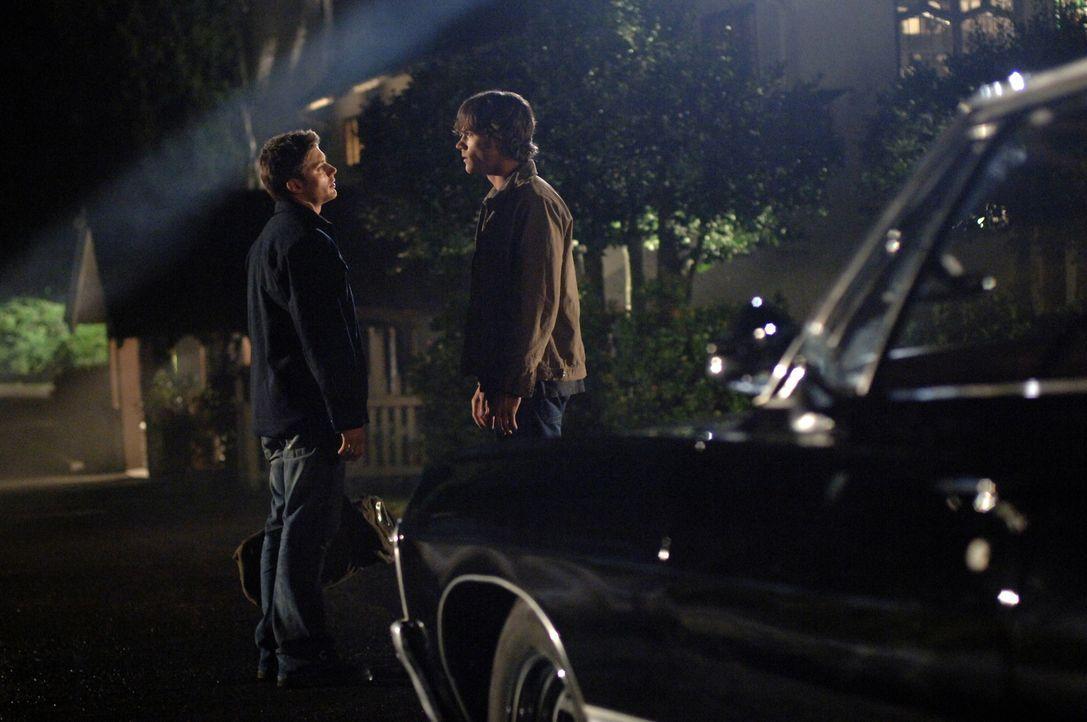 Um den Hakenmann zu besiegen, müssen Sam (Jared Padalecki, r.) und Dean (Jensen Ackles, l.) die Knochen des Geistes finden und vernichten. Es gibt d... - Bildquelle: Warner Bros. Television