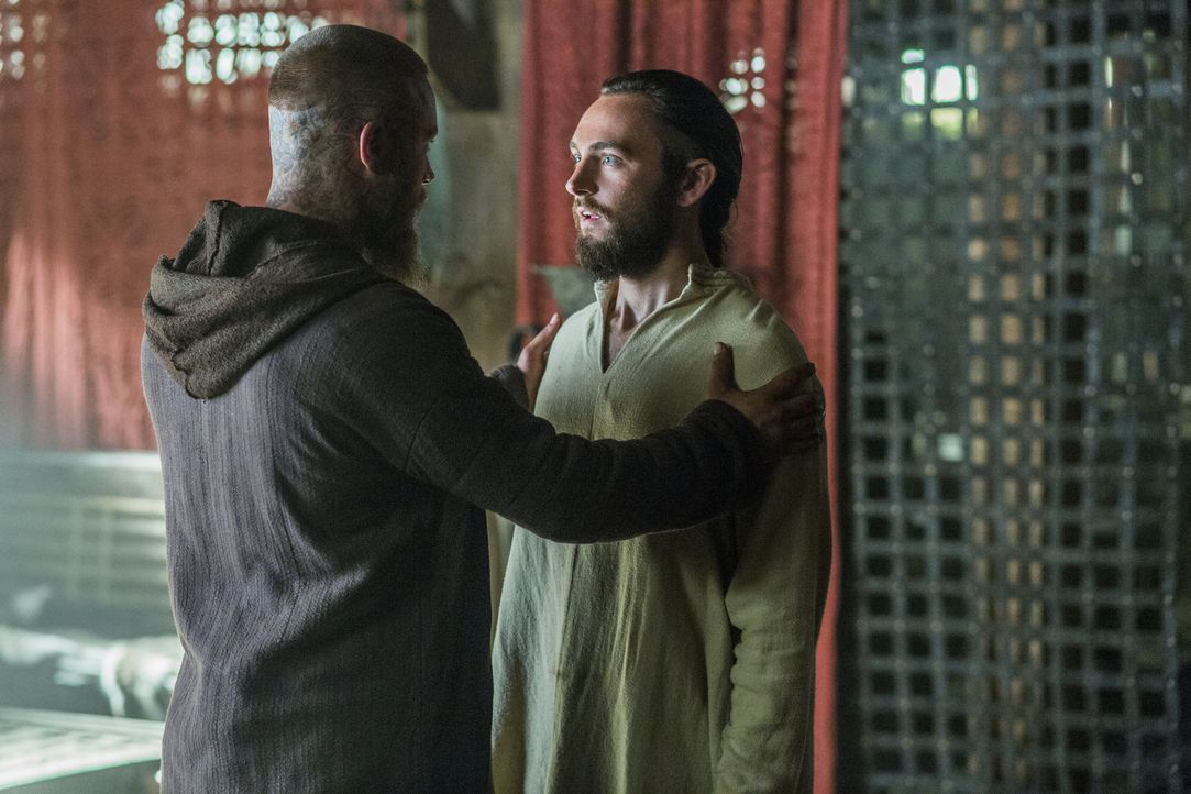 Athelstan (George Blagden, r.) hat zum Christlichen Glauben zurückgefunden, weil er meint, dass Gott ihm ein Zeichen geschickt hat, während Ragnar (... - Bildquelle: 2015 TM PRODUCTIONS LIMITED / T5 VIKINGS III PRODUCTIONS INC. ALL RIGHTS RESERVED.