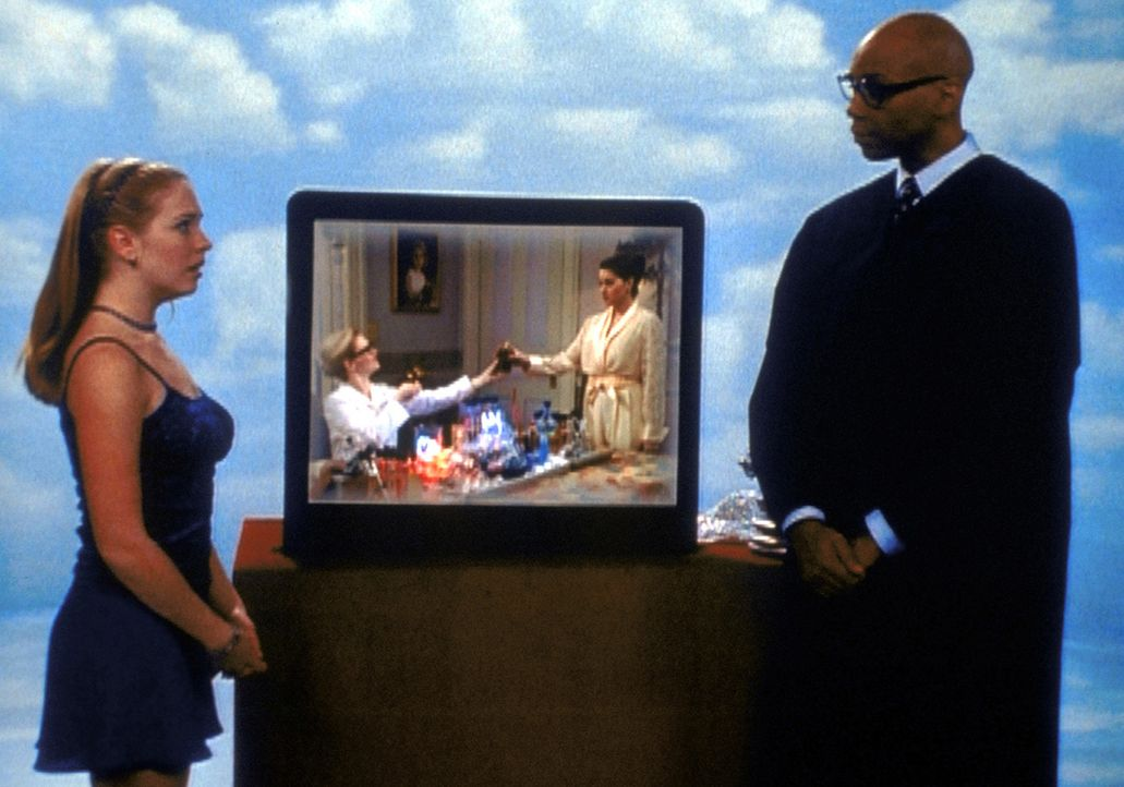 Sabrina (Melissa Joan Hart, l.) steht vor dem Vormundschaftsgericht und muss sich entscheiden, bei welcher ihrer Tanten sie in Zukunft leben will ... - Bildquelle: Paramount Pictures