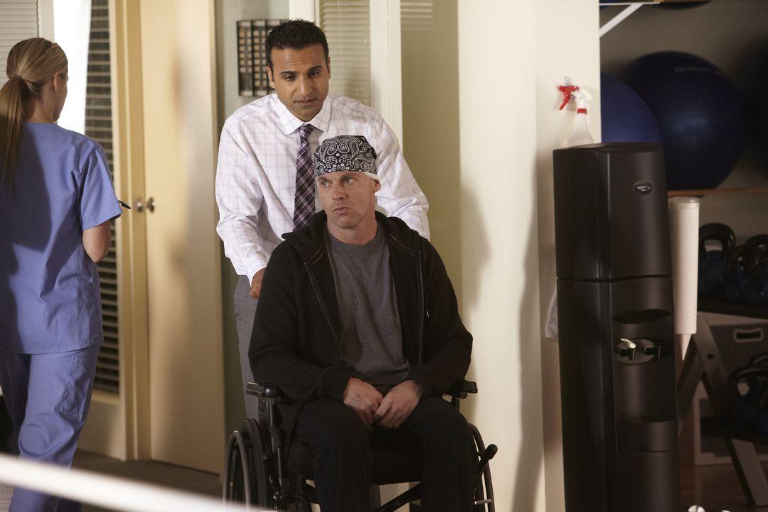 Dr. Shahir Hamza (Huse Madhavji, hinten) kümmert sich um Dr. Charlie Harris (Michael Shanks, vorne), der den Weg zurück ins Leben gefunden hat ... - Bildquelle: 2013 NBC Studios, LLC