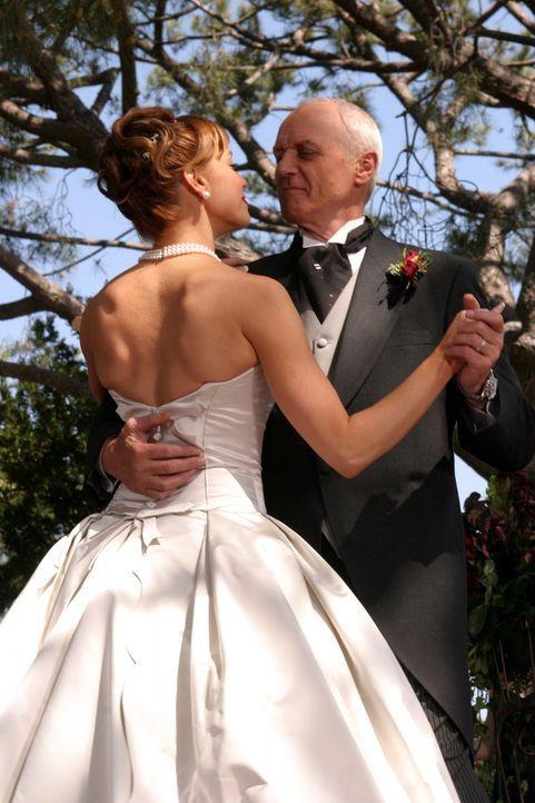 Julie (Melinda Clarke, l.) ahnt nicht, dass Calebs (Alan Dale, r.) Unternehmen kurz vor dem Bankrott steht ... - Bildquelle: Warner Bros. Television