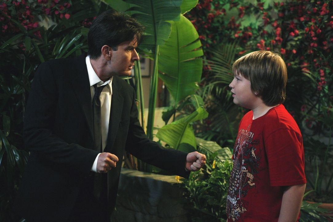 Jake (Angus T. Jones, r.) weiß zwar, dass sein Onkel Charlie (Charlie Sheen, l.) etwas verrückt ist, doch so verwirrt hat er ihn noch nie gesehen... - Bildquelle: Warner Brothers Entertainment Inc.
