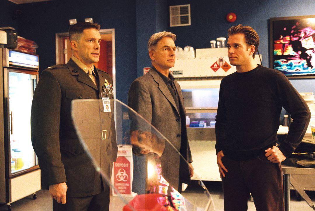 Gibbs (Mark Harmon, M.) und Tony (Michael Weatherly, r.) kommen einem Verbrechen auf die Spur. Ist Major Danny O' Donnell (Jason Brooks, l.) in den... - Bildquelle: CBS Television