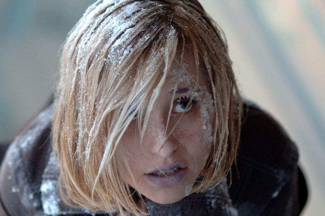 Während Clark auf dem fremden Planeten keine Probleme hat, erfriert Chloe (Allison Mack) ... - Bildquelle: Warner Bros.