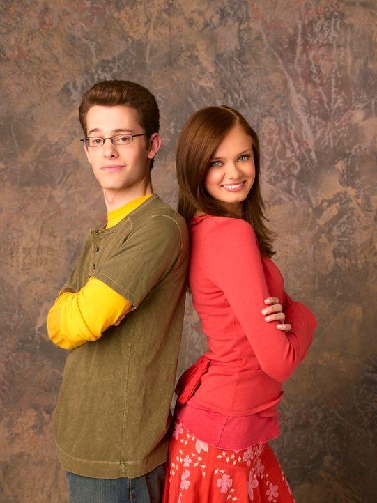 Dylan (Joey Zimmermann, l.) und Marnie (Sara Paxton, r.) müssen Halloweentown vor dem Untergang bewahren ... - Bildquelle: Disney - ABC - ESPN Television