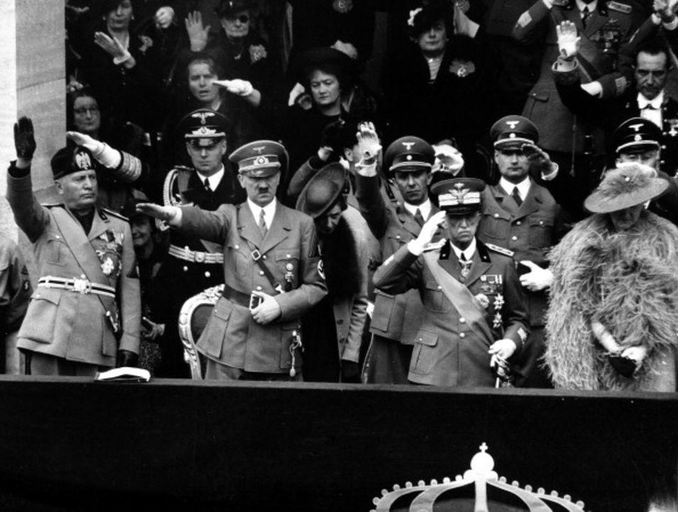 03.05.1938 - Militärparade in Rom: Faschistenführer Benito Mussolini (vorne l.) war für Adolf Hitler (vorne 2.v.l.) ein strahlendes Vorbild. Seine p... - Bildquelle: Istituto Nazionale Luce/Alinari/Getty Images