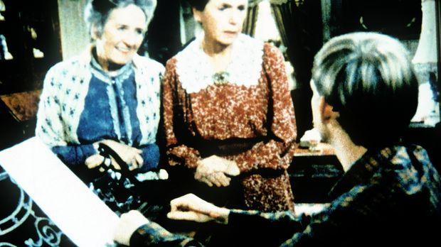 Auch bei den Baldwin-Schwestern Mamie (Helen Kleeb, M.) und Emily (Mary Jacks...