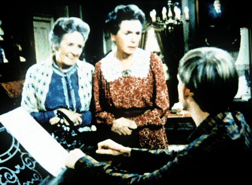 Auch bei den Baldwin-Schwestern Mamie (Helen Kleeb, M.) und Emily (Mary Jackson, l.) findet Jason (Jon Walmsley, r.) nicht die Ruhe, die er zum Komp... - Bildquelle: WARNER BROS. INTERNATIONAL TELEVISION