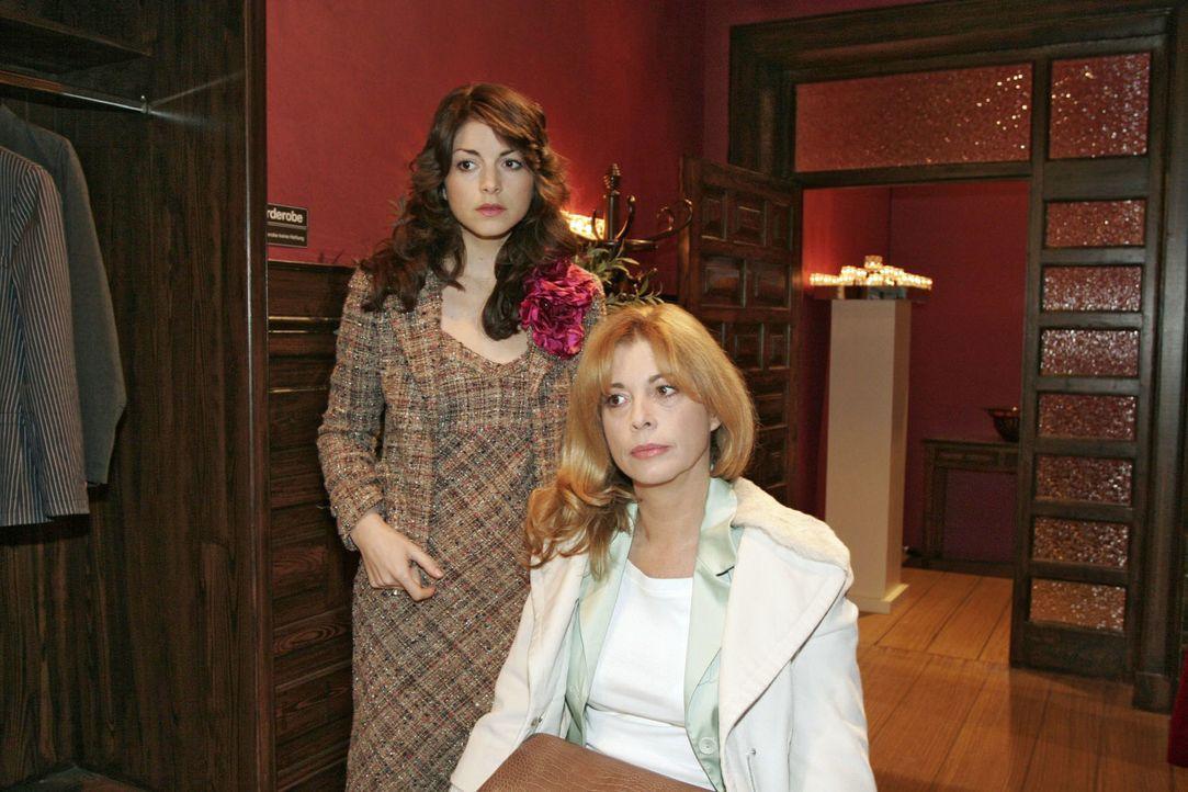 Laura (Olivia Pascal, r.) spricht sich für eine klare und schnelle Trennung zwischen Mariella (Bianca Hein, l.) und David aus. - Bildquelle: Noreen Flynn Sat.1