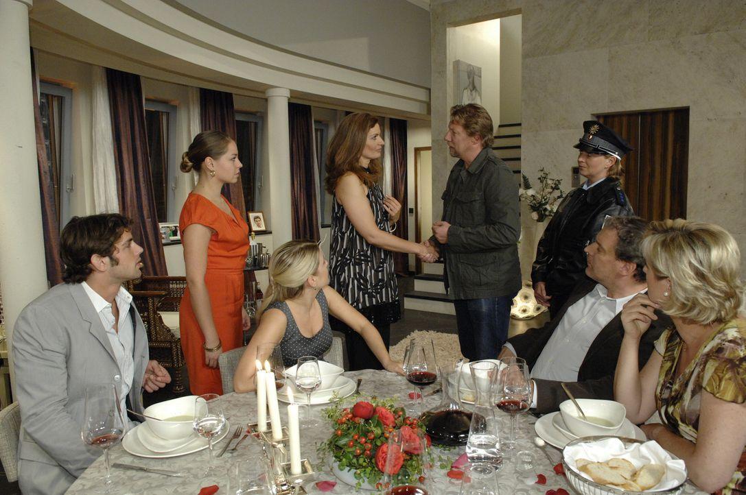 Anna lädt Katja zur Verlobungsfeier bei Natascha ein. Als die Polizei dort auftaucht und die Mafia als Gerrits Mörder präsentiert, ist Katja erle... - Bildquelle: Sat.1