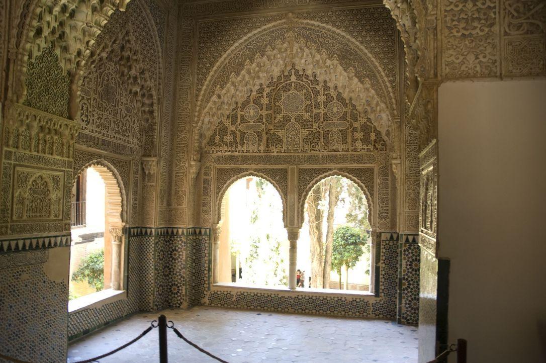 Die Stadtgurg Alhambra auf dem Sabikah-Hügel von Granada in Spanien gilt als eines der schönsten Beispiele des maurischen Stils der islamischen Kuns... - Bildquelle: 2008 Darlow Smithson Productions Ltd, an IMG Entertainment Company. Parallax Film Productions Inc.