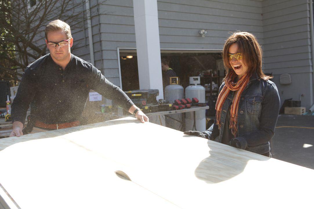 Bei den Bauarbeiten hat NBCs Today  Moderatorin Jenna Wolfe (r.) jede Menge Spaß. Auch Jason Cameron (l.) ist begeistert, dass sie alles ausprobiere... - Bildquelle: 2012, DIY Network/Scripps Networks, LLC.  All Rights Reserved.