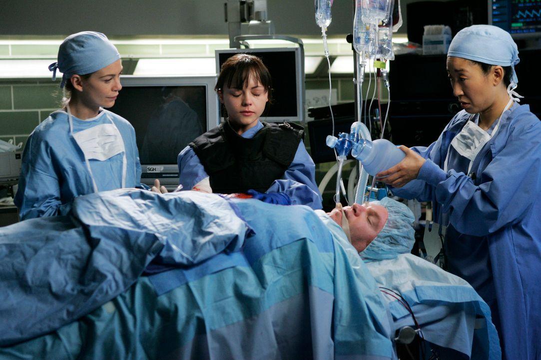 Ein Patient hat eine scharfe Granate mit großer Sprengkraft in seinem Brustkorb stecken. Meredith (Ellen Pompeo, l.), Cristina (Sandra Oh, r.) und H... - Bildquelle: Touchstone Television