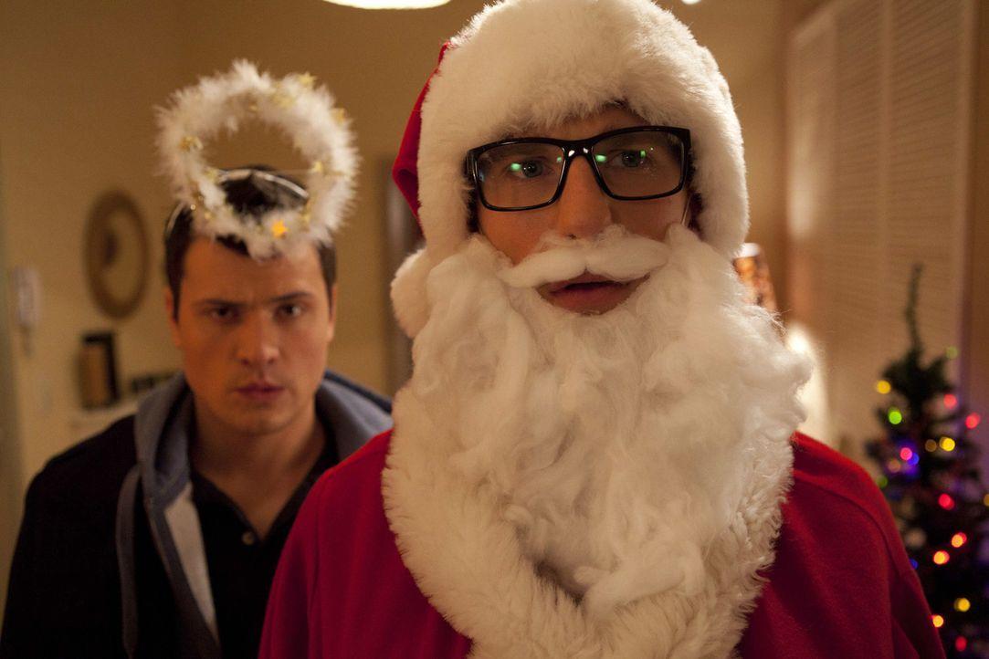 Hotte (Dennis Schigiol, r.) und Timo (Rocco Stark, l.) haben sich das Weihnachtsfest etwas anders vorgestellt ... - Bildquelle: SAT.1