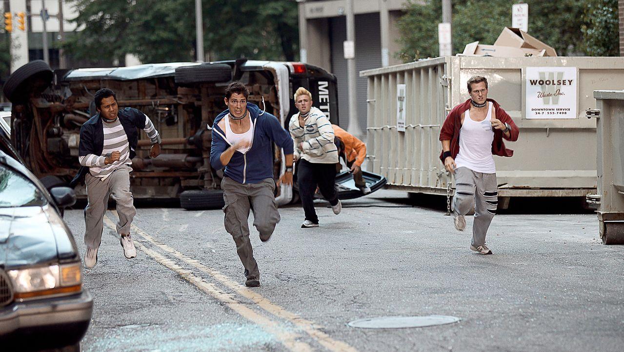 Den gekidnappten Freerunnern (v.l.n.r.) Turk (Joe Williams), Ryan (Sean Faris), West (Dylan W. Baker) und Finch (Ryan Doyle) werden mit Sprengstoff... - Bildquelle: TIBERIUS FILM