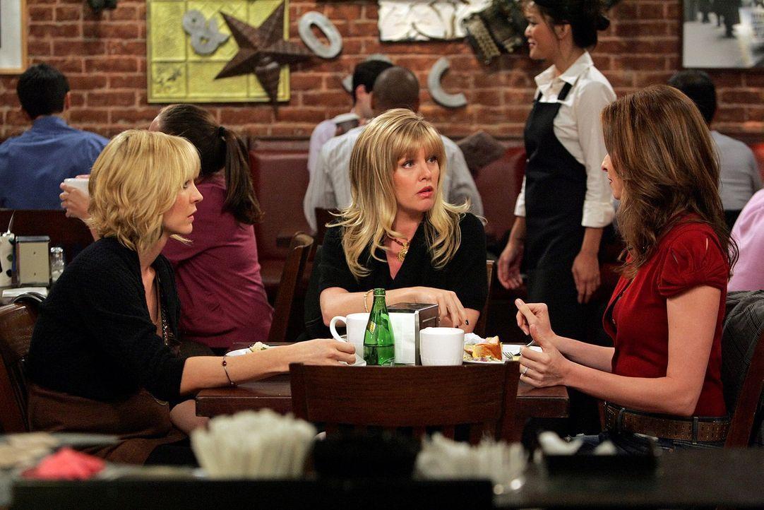Billie (Jenna Elfman, l.) macht sich Sorgen um ihren Job. Haben Olivia (Ashley Jensen, M.) und Abby (Lennon Parham, r.) einen Rat für sie? - Bildquelle: 2009 CBS Broadcasting Inc. All Rights Reserved