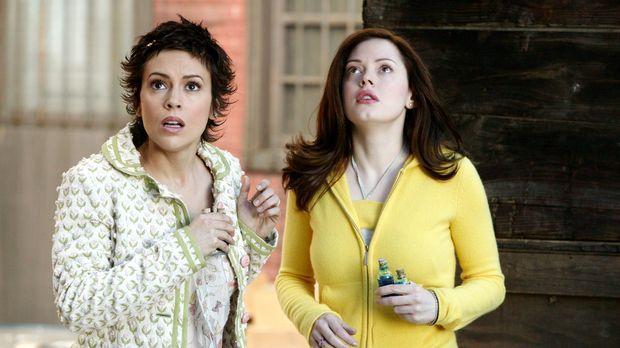Phoebe (Alyssa Milano, l.) und Paige (Rose McGowan, r.) bitten Gideon um Hilf...