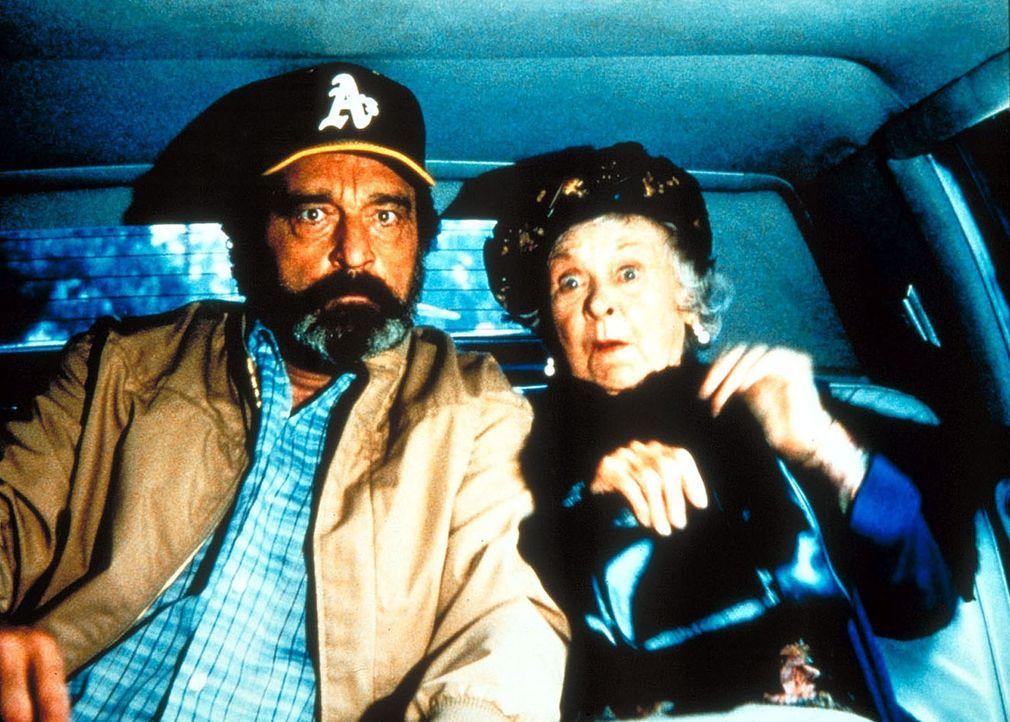 Mark (Victor French, l.) verfolgt mit dem Wagen einer alten Lady den jungen Autodieb Tony, der seinen Wagen geklaut hat. - Bildquelle: Worldvision Enterprises, Inc.