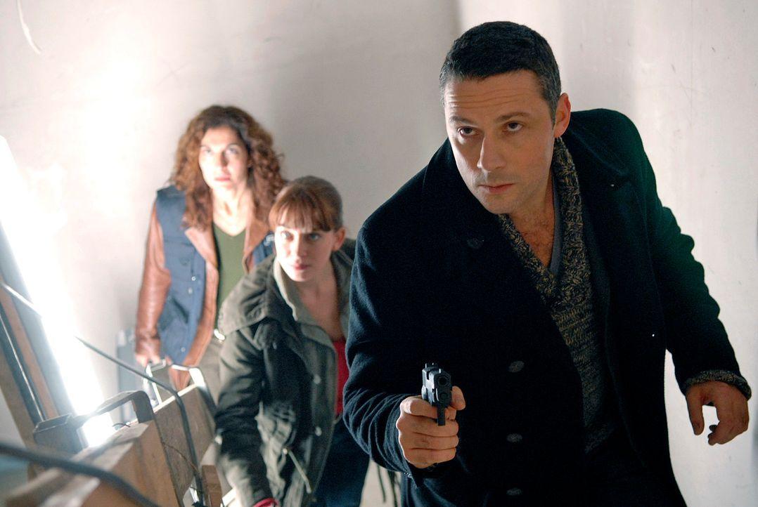 Benno (Denis Petkovic, r.), Katja (Catherine Bode, M.) und Judith (Proschat Madani, l.) steigen die Treppe hinauf, als sie plötzlich Hilfeschreie ei... - Bildquelle: Christoph Assmann Sat.1