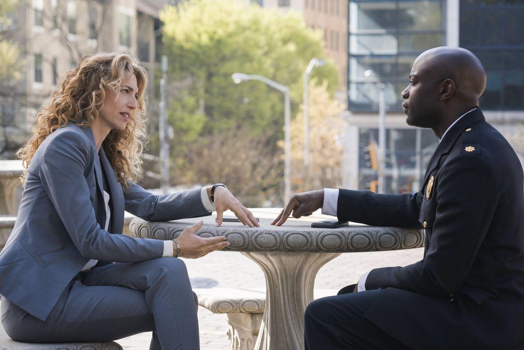 """Dr. Lommers (Claudia Black, l.) versucht, im Auftrag der Regierung, den Ausbruch einer Epidemie in Atlanta einzudämmen und will Major Alex """"Lex"""" Car... - Bildquelle: Warner Brothers"""