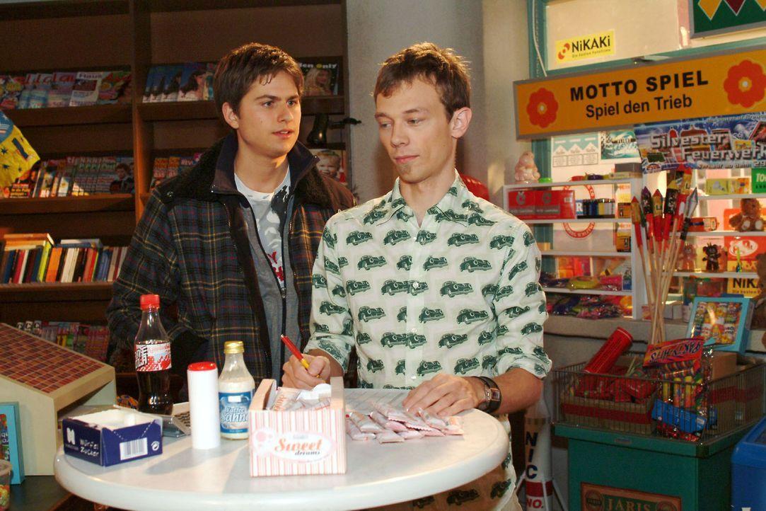 Jürgen (Oliver Bokern, r.) macht Timo (Matthias Diettrich, l.) den Vorschlag, dass er sich beschäftigen soll, wenn er sich langweilt. - Bildquelle: Noreen Flynn Sat.1