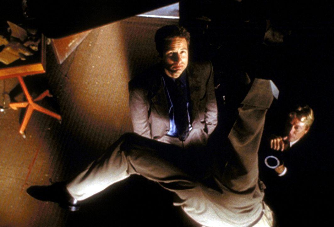 Als Henry Weems einen Flugzeugabsturz, einen Sturz vom Dach eines Wolkenkratzers und zwei Attentatsversuche überlebt, ist Fox Mulder (David Duchovny... - Bildquelle: TM +   2000 Twentieth Century Fox Film Corporation. All Rights Reserved.