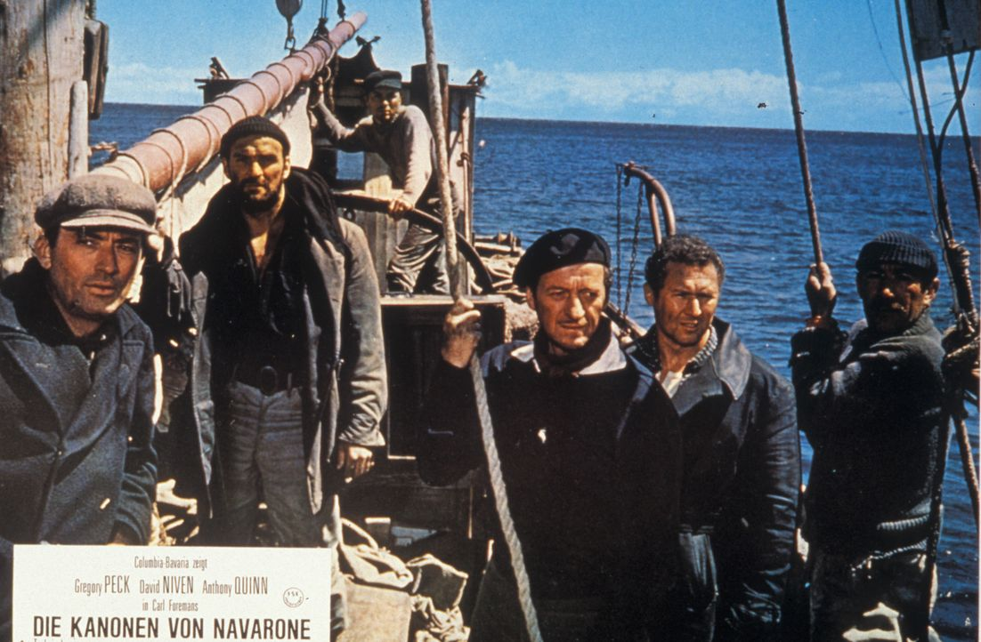 Als Fischer getarnt treffen Mallory (Gregory Peck), Brown (Stanley Baker), Miller (David Niven), Franklin (Anthony Quayle) und  Andrea (Anthony Quin...