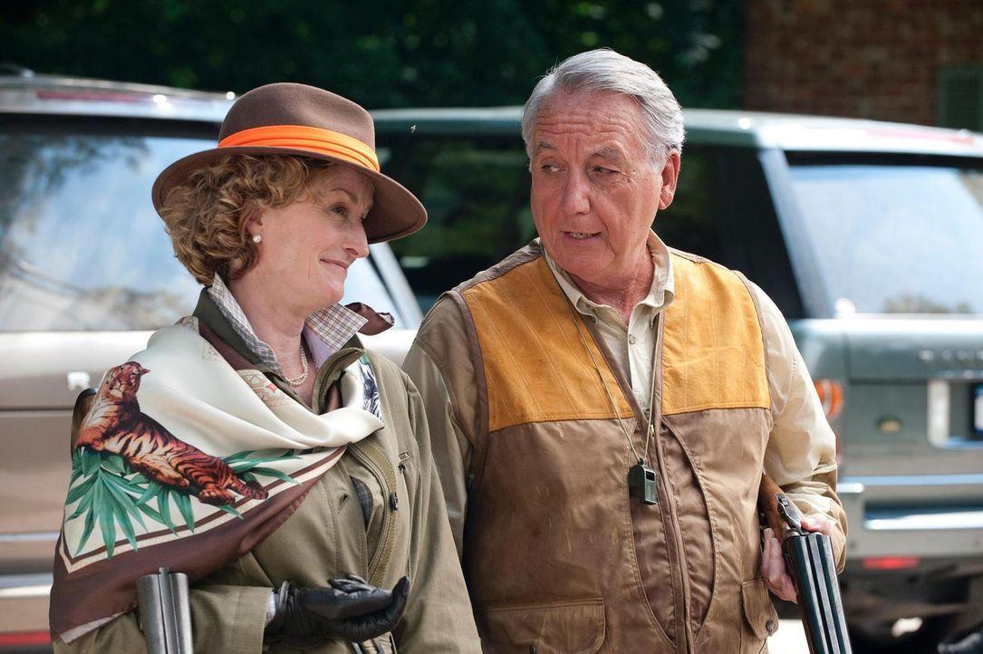 General William Collins (Bob Gunton, r.) und Lisa Banes (Ellen Collins, l.) sind von dem vermeintlichen Freund ihrer Tochter angetan ... - Bildquelle: Universal Studios