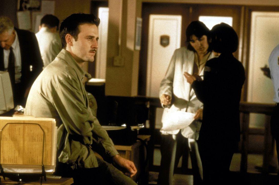Durch die Verletzungen, die sich Dewey (David Arquette) bei dem Versuch Sidney vor dem skrupellosen Killer zu schützen, zugezogen hat, muss er sein... - Bildquelle: Kinowelt Filmverleih GmbH 1997