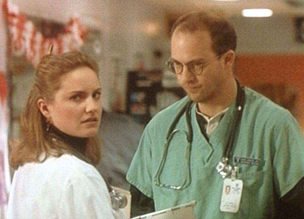 Susan Lewis (Sherry Stringfield, l.) erzählt Mark Greene (Anthony Edwards, r.) von der wundersamen Wandlung ihres Intimfeindes Dr. Kayson. - Bildquelle: TM+  WARNER BROS.
