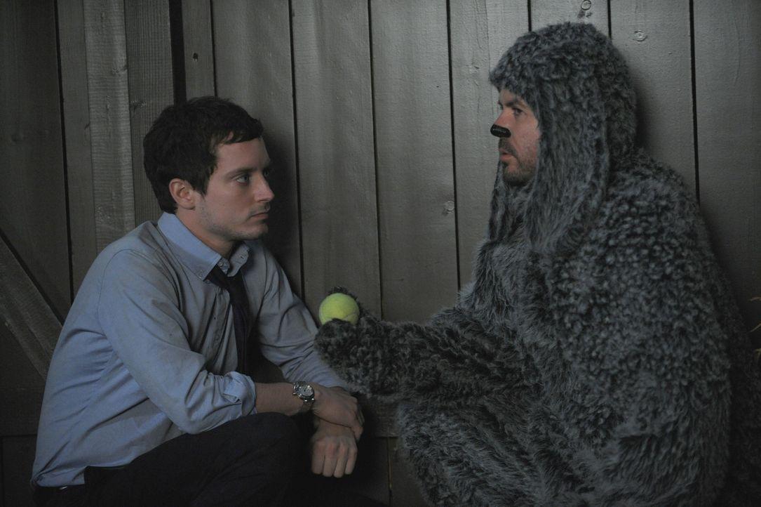 Zwischen Ryan Newman (Elijah Wood, l.) und dem Hund Wilfred (Jason Gann, r.) entwickelt sich eine richtige Männerfreundschaft ... - Bildquelle: 2011 FX Networks, LLC. All rights reserved.